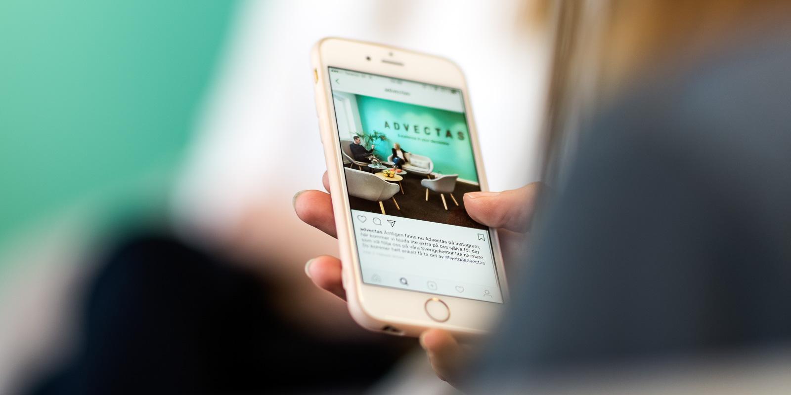 Mobiltelefon med Advectas instagramflöde